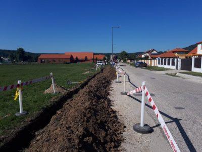 Dologzik az ELMŰ a tervezett CBA-Pláza területe mellett.